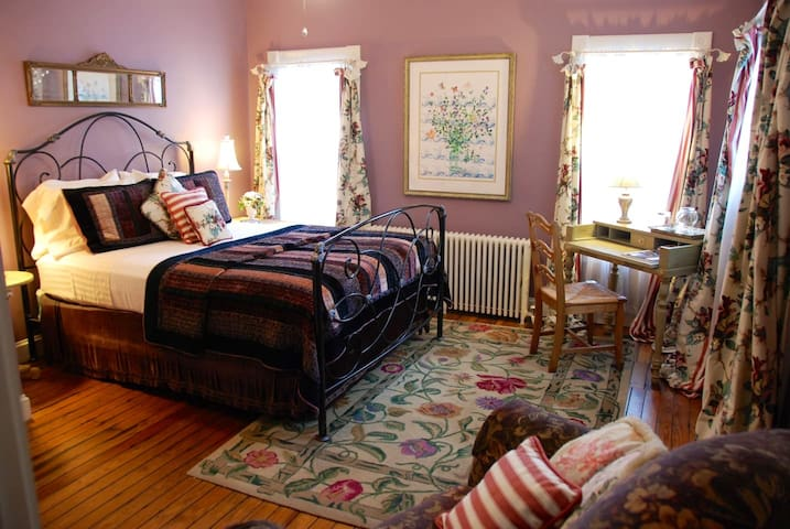 Relaxing ADA Guest Room in Downtown Annapolis