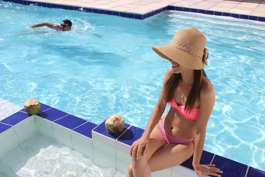 piscina e banheira com água cristalina