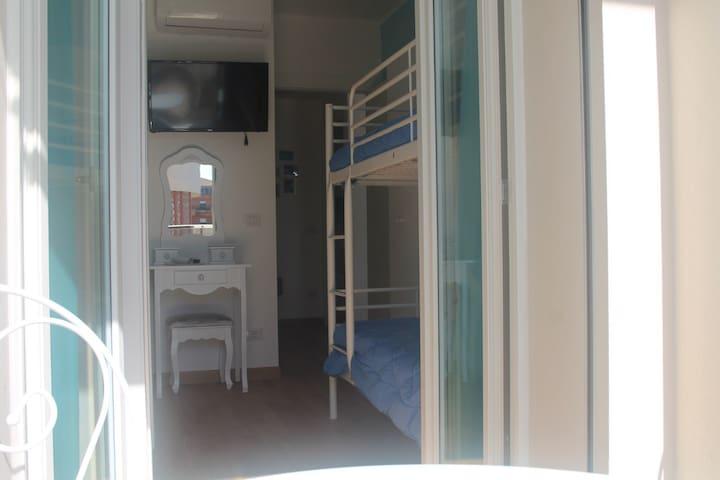 Blue Sea Rooms Cagliari-cam celeste letto castello