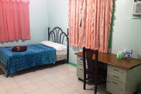Rate room only ( RM1) share kitchen/living/bath - Bungalow