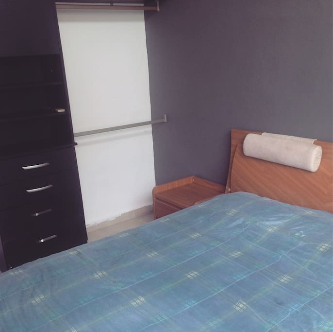 La habitación con cama queen y closet