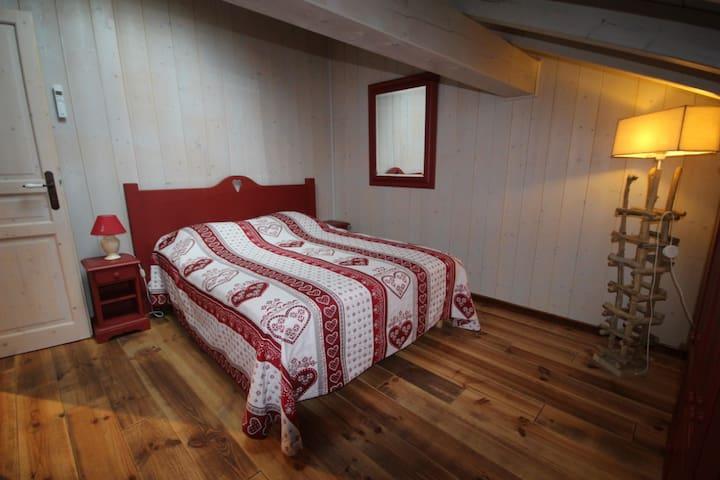 Chambre n°2 à l'étage avec lit double