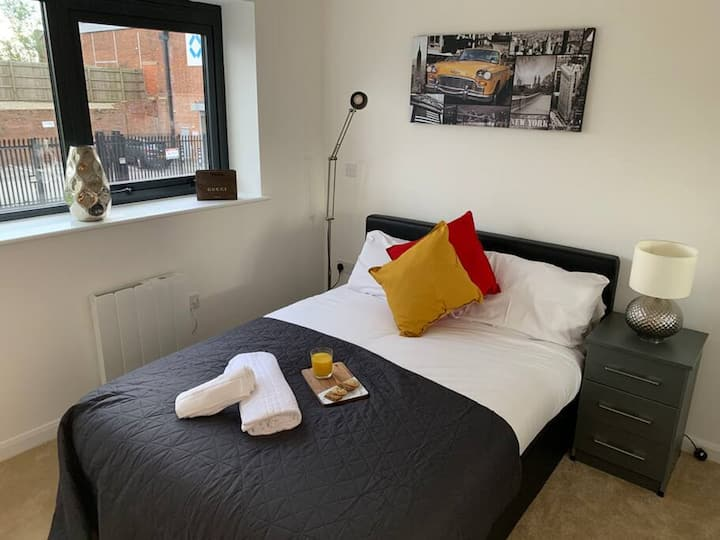 Wolverhampton City Centre Apartment with Office