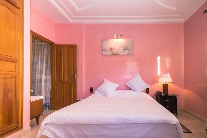 Private mastersuite (ensuite bathroom) stay@locals - Fes - Apartemen
