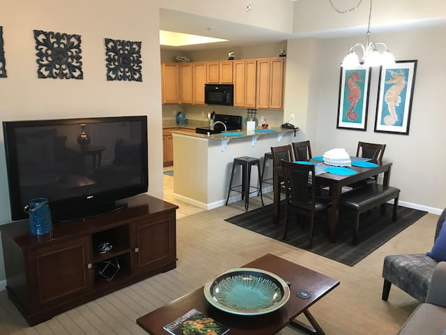 The Palms of Destin- Poolside Oasis 1115