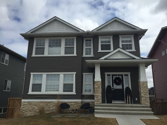 Spacious, Comfortable Home Away From Home - Okotoks - Rumah