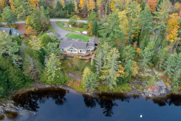 Muskoka Waterfront Cottage for large families