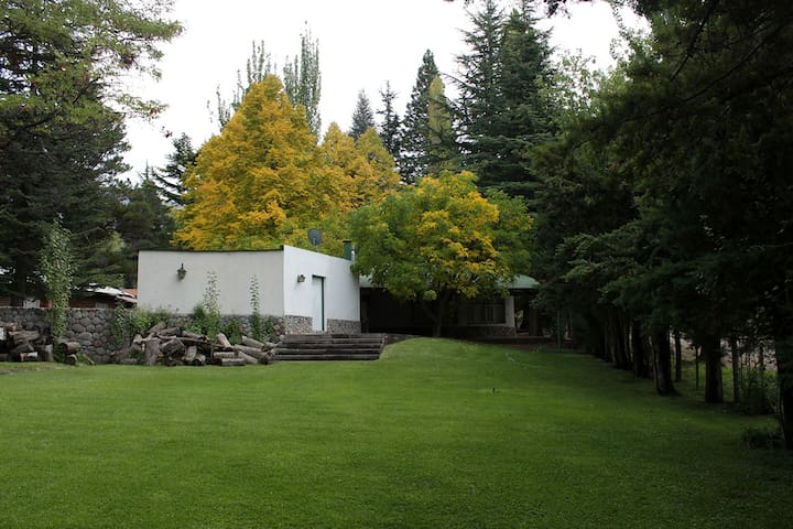 La casa del jardín en la montaña