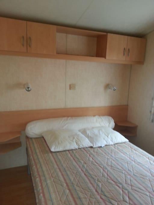 chambre avec petite penderie et accès directement à la salle de bain
