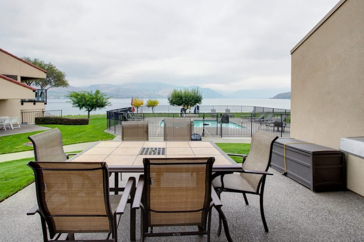 Modern and stylish condo w/ shared hot tub, pool & lakefront access!