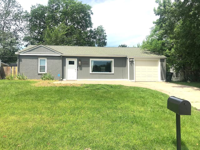 ★Morning Sunshine Home★ Central Location~Fenced YD