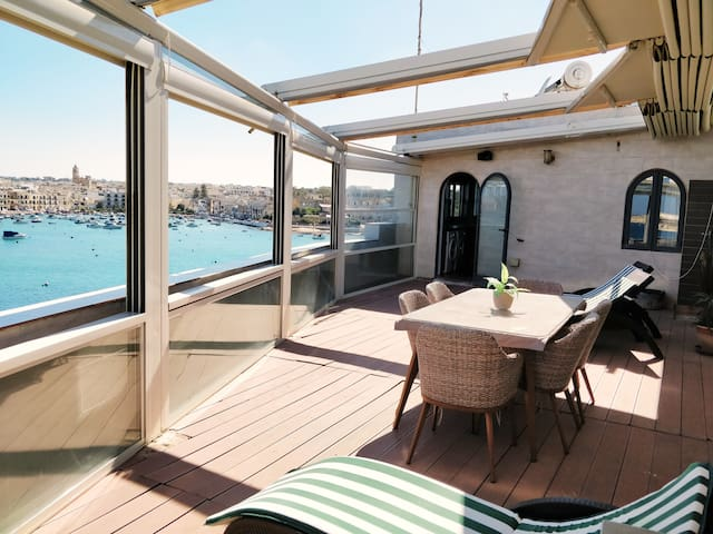 The Boat House * By the SEA* Private Room sea view