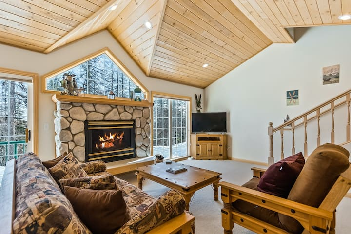 Updated Schweitzer Mt. condo w/ gas fireplace, full kitchen, & easy ski access!