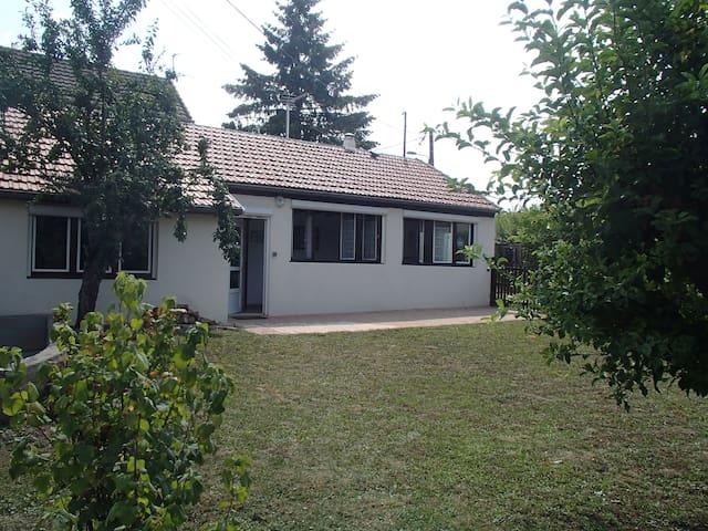 Petite maison au calme avec grand jardin,