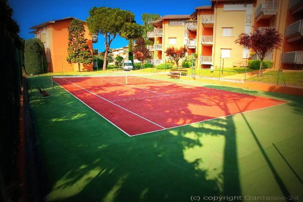 Tennisplatz in der Anlage Peschiera 4-12