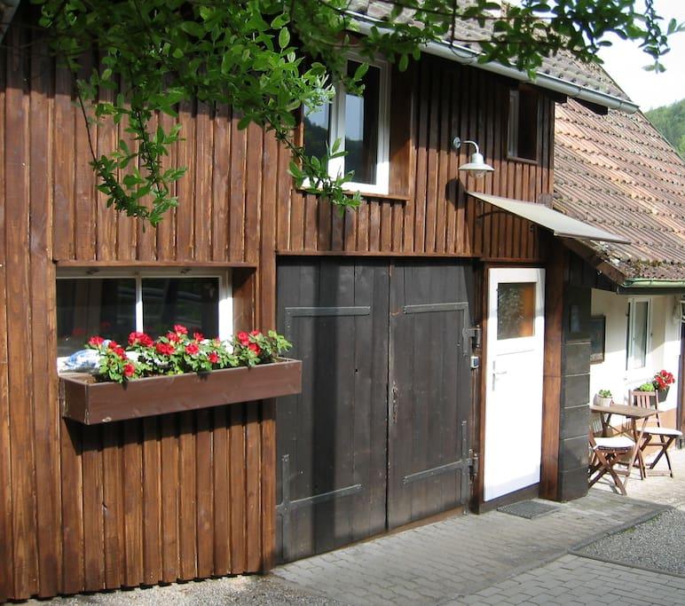 Eingang und Sitzplatz / Entrance and Rest Area