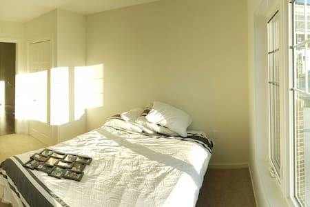 1 Queen Size Bed. Close to airport. - Winnipeg - Ev