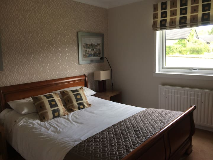 King size bed with En Suite in quiet Family home