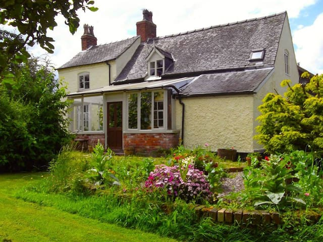 Sychpwll - Rural Farmhouse - Llandrinio - Holiday home