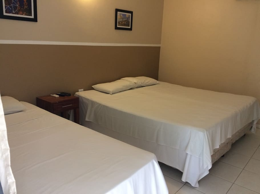 O apartamento triplo pode ser configurado com 03 camas de solteiro ou 01 cama de casal + 01 cama de solteiro