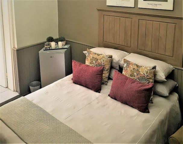 1st Floor: Queen Size Room
