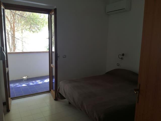Camera da letto matrimoniale con balcone vista mare