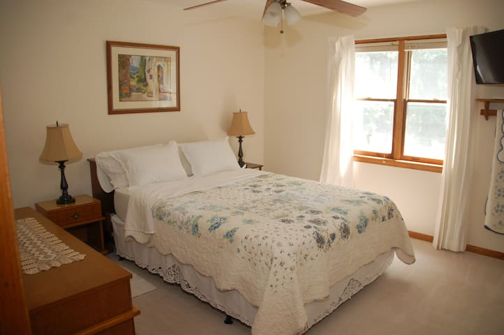 Bedroom in Beautiful Cozy Home - Granville - Dom