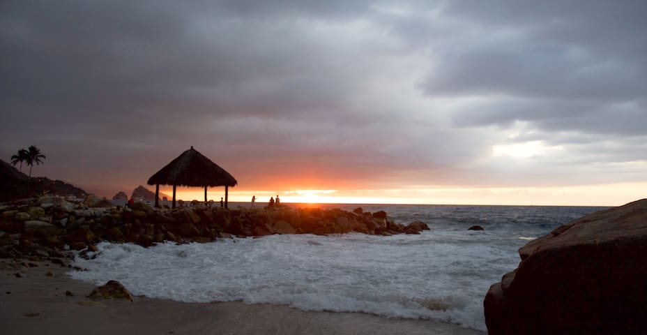 ¡Endless sunsets! · 3 bedroom and beachfront condo