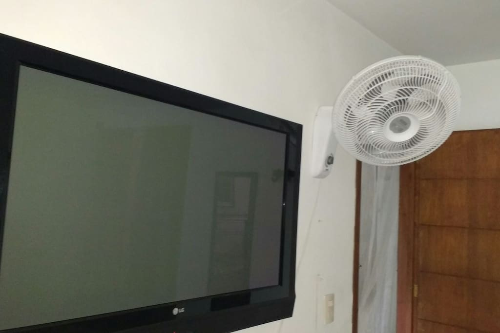 una de las habitaciones cuanta con tv grande, con todos los accesorios para su tv internacional, con ventilador y con aire acondicionado, por lo que cuesta un poco mas, si desean esta habitacion cuesta mas y podrian hospedarse hasta 4 personas, ya que la habitacion es bastante amplia, con los consiguinetes valores adicionales que se acuerden por persona