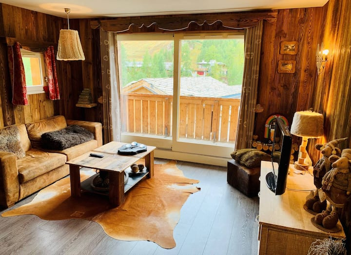 Charming 3 bedrooms apartment for 4 to 5 people situated in Val d'Isère in the Legettaz area, ski in-ski out.
