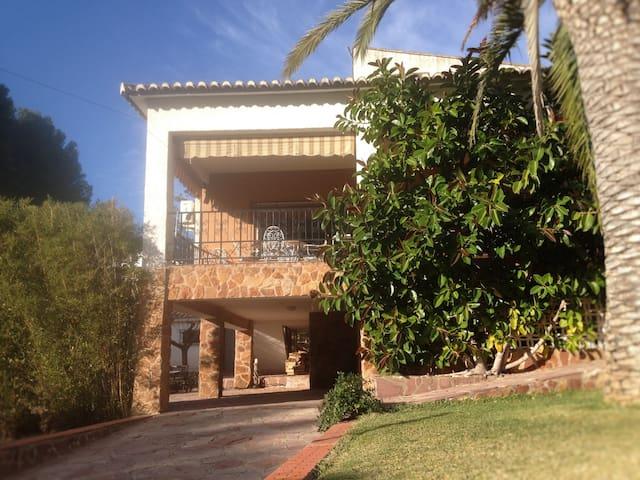 CHALET con jardín cerca de Valencia - Olocau