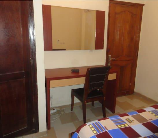 Bureau personnalisé et miroir de luxe dans la chambre.