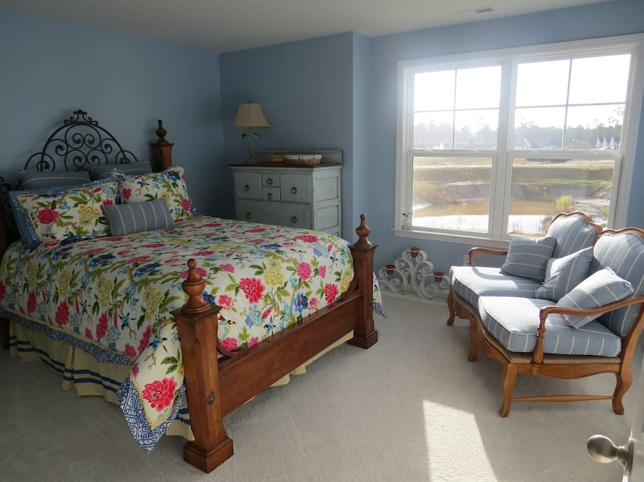 The blue room, one of the two rooms for rent,