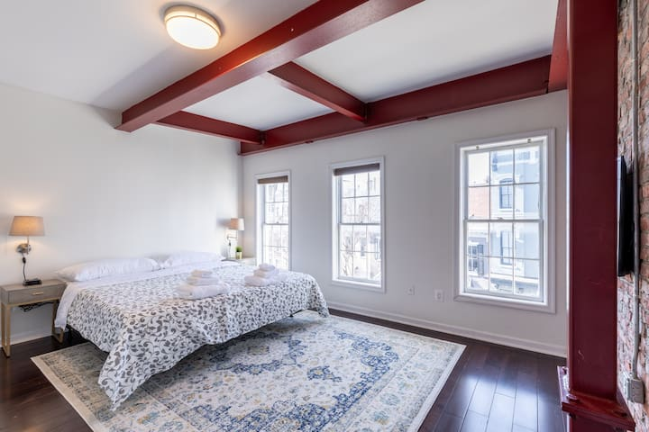 Cozy modern apt.Heart of G-Town. King bed-Parking