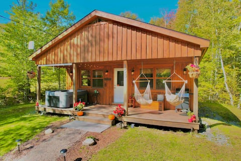 Pinecone Cottage with Hot Tub at Falls Lake