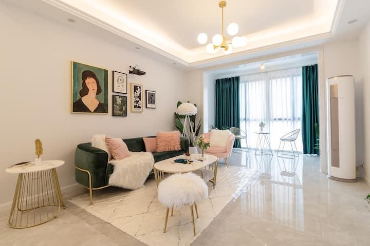 【Pink Room】巨幕投影 | 设计师·家 | ins风&轻奢两居 | 可做饭 | 连卡福商圈