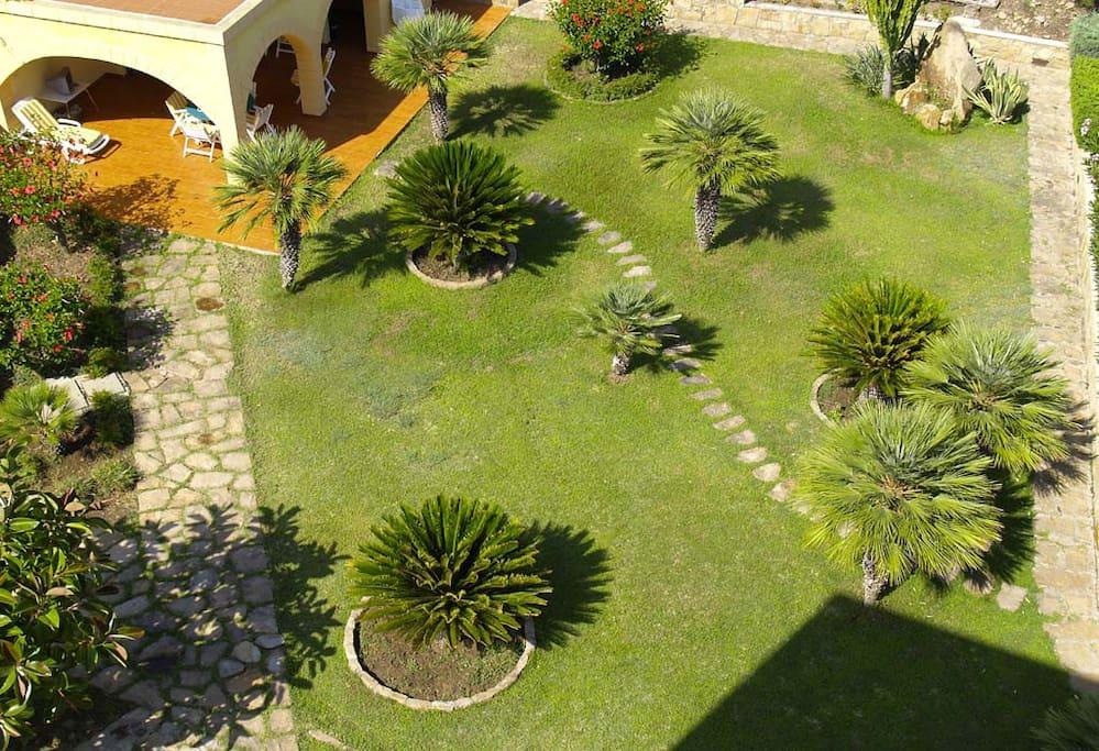 Il giardino ed il patio esterno visti dalla Torre