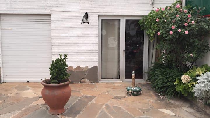 Casa al frente con jardín