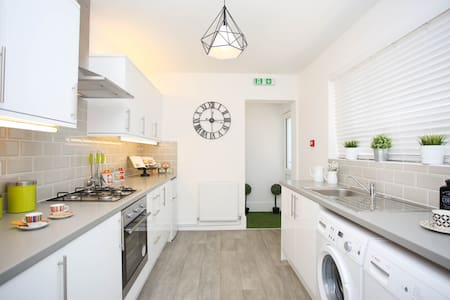 Serviced room close to Luton train station! - Hus