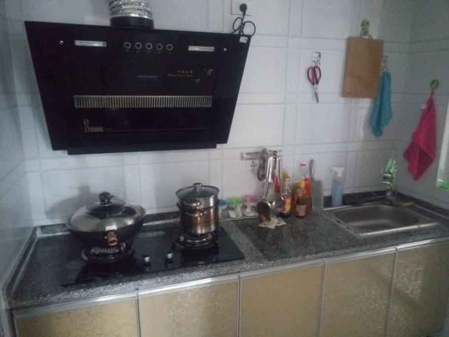 厨房  该有的调味品都有