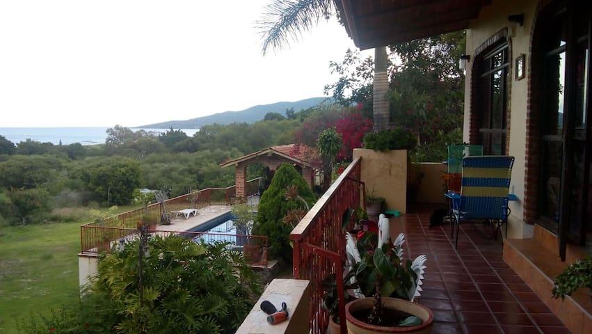 El santuario  (con vista al lago de Chapala)