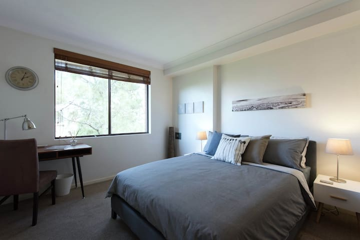Luxury Queen Bedroom & Ensuite in Prime Location - Cremorne - Lägenhet