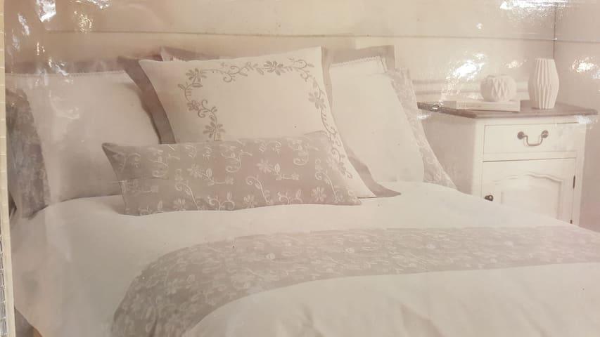 En-suite Double bed with Eider & duck-filled Duvet & pillows.