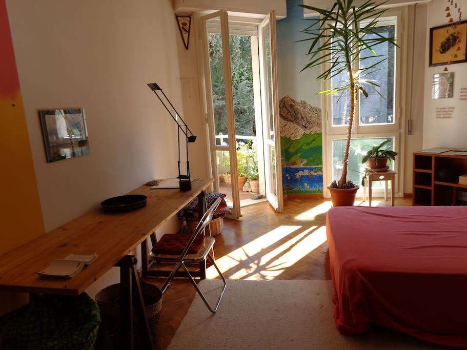 stanza che viene affittata, con scrivania