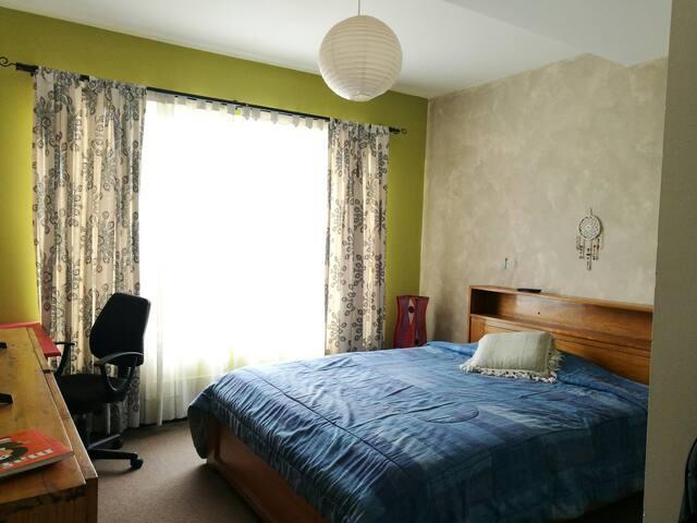 Dormitorio en casa en condominio tranquilo