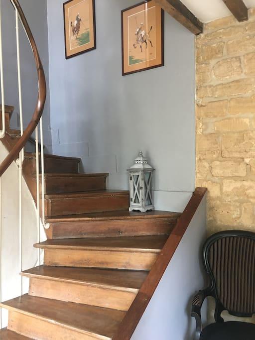 Escalier central desservant le 1er étage