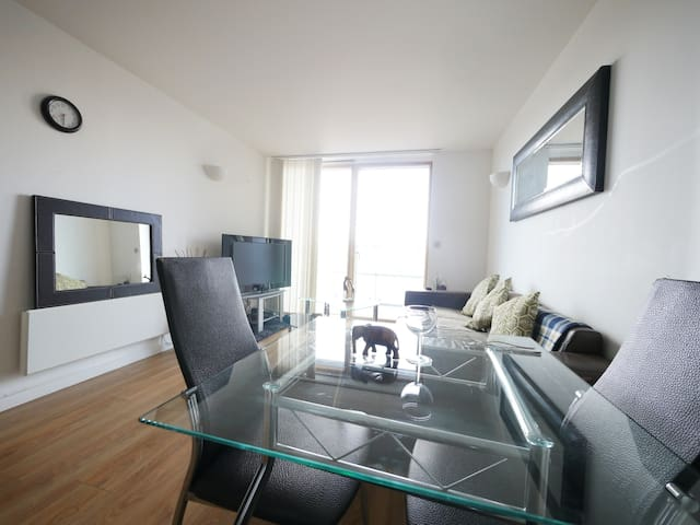 3 Bed 2 Bath Apartment - Leeds Centre FREE PARKING