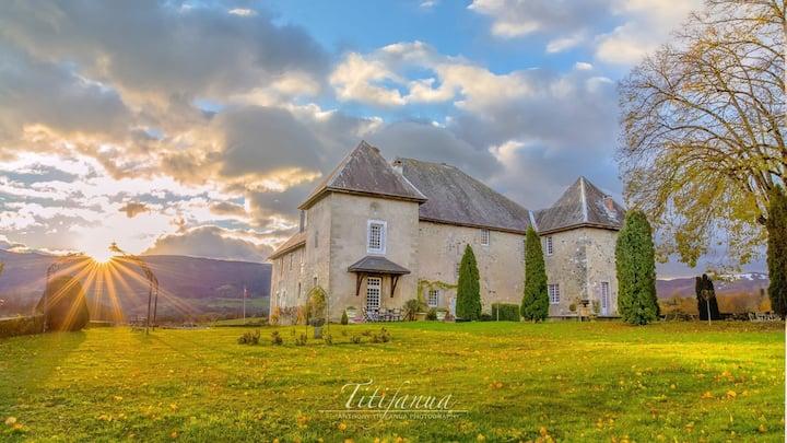 Château entre 3 lacs Annecy Aix-les-Bains Genève .