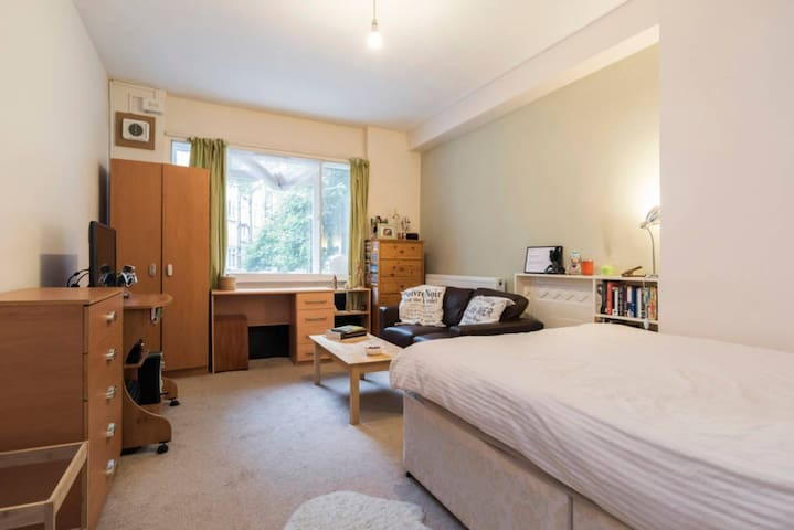 Lovely bedroom in Highbury