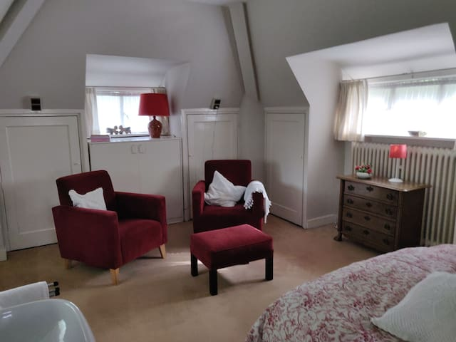Luxe slaapkamer met gedeelde badkamer op zolder